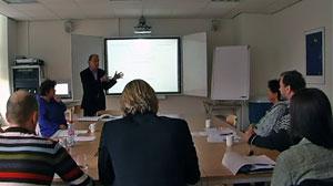 Vortrag und Kennenlernen: Prof. Dr. Harry Kunneman (stehend) und Dr. Caroline Suransky (li.)